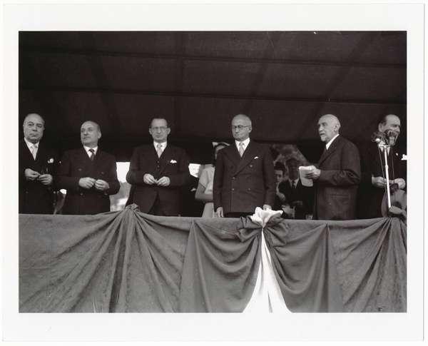 Il Presidente della Repubblica e Alcide de Gasperi durante la cerimonia della inaugurazione dal Monumento a Giuseppe Mazzini eretto sull'Aventino, in occasione del 3 ° Anniversario dell'avvento della Repubblica,