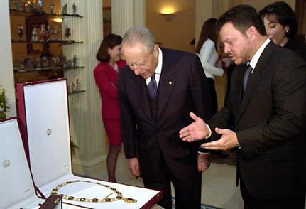 Il Re di Giordania Abdullah II consegna al Presidente della Repubblica Carlo Azeglio Ciampi la più alta onorificenza mai concessa ad un italiano.