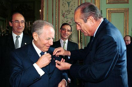 """Visita del Presidente della Repubblica nella Repubblica Francese. Il Presidente Jacques Chirac appone la """"rosetta"""" della Gran Croce della Legion D'Onore al Presidente Ciampi."""