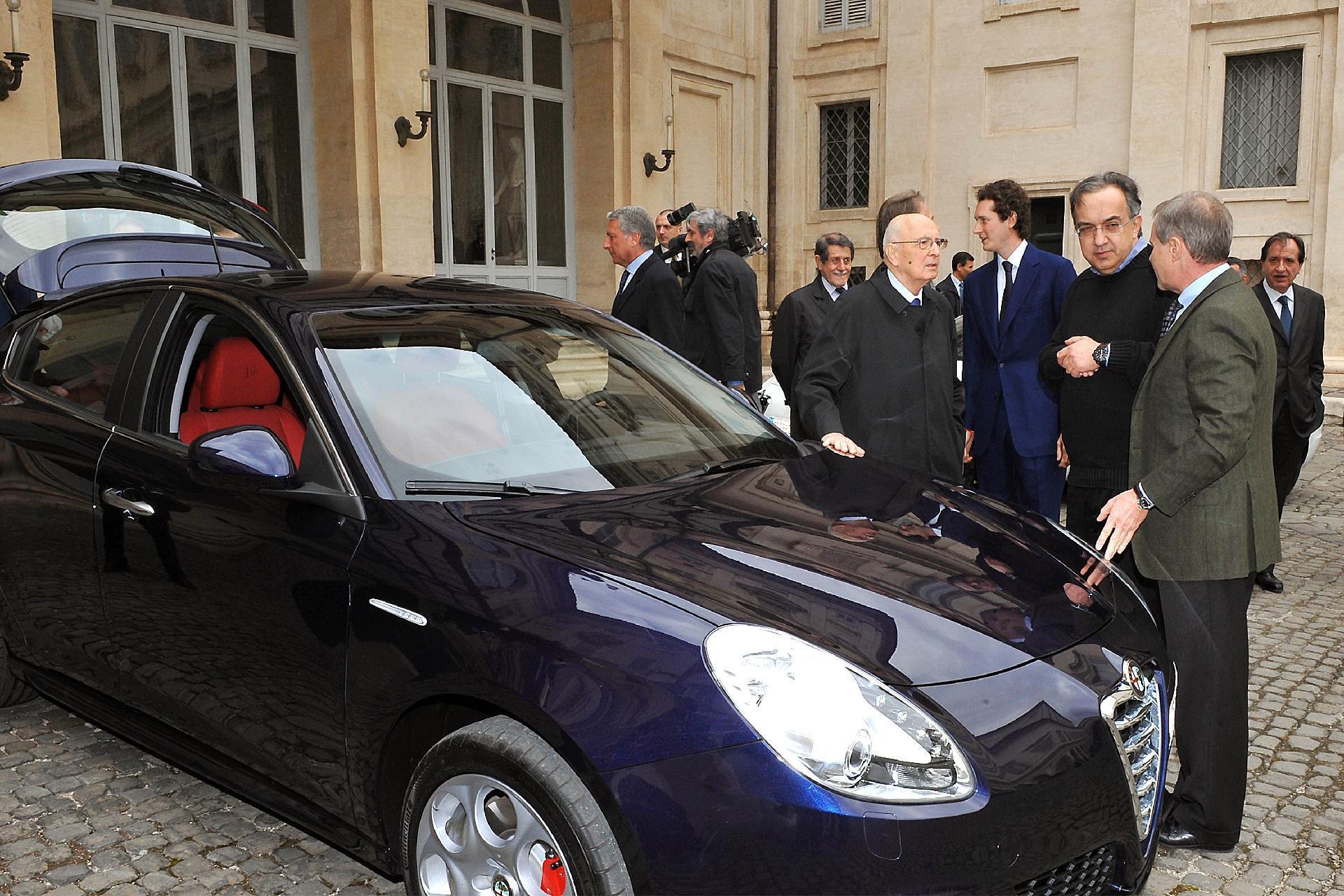 """Il Presidente Giorgio Napolitano con i vertici del Gruppo Fiat in occasione della presentazione della nuova vettura Alfa Romeo """"Giulietta"""""""