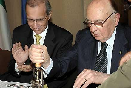 Il Presidnte Giorgio Napolitano, a fianco il Ministro della Poste Cilene, timbra il primo esemplare del francobollo commemorativo della Visita di Stato emesso dalle Poste Cilene, in occasione dell'incontro con la Collettività italiana