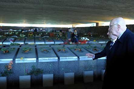 Il Presidente Giorgio Napolitano, accompagnato dal Ministro della Difesa Arturo Parisi, durante la visita alle Fosse Ardeatine, nel 64°anniversario dell'eccidio.