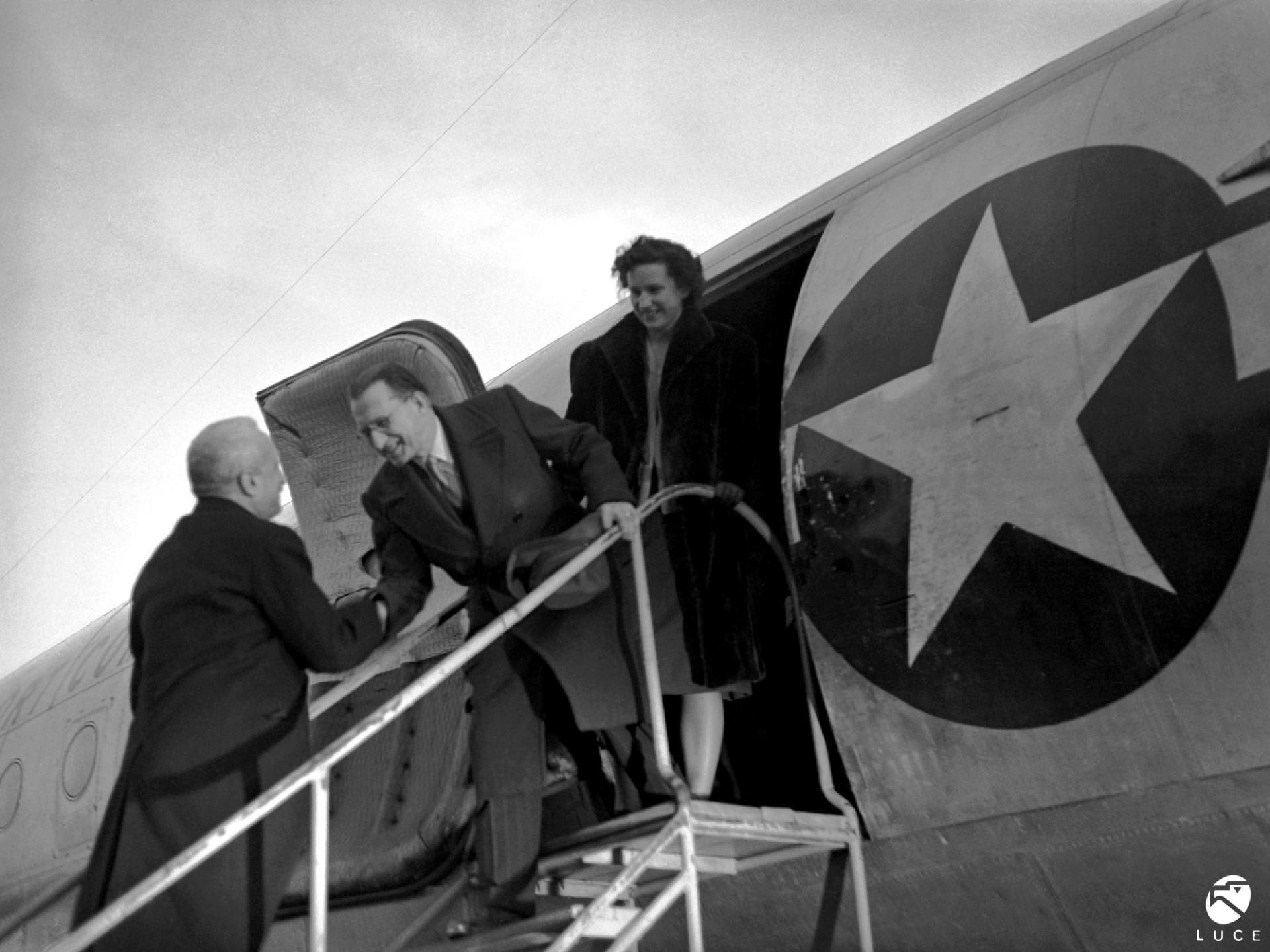 Il Capo Provvisorio dello Stato Enrico De Nicola saluta De Gasperi in partenza per gli Stati Uniti