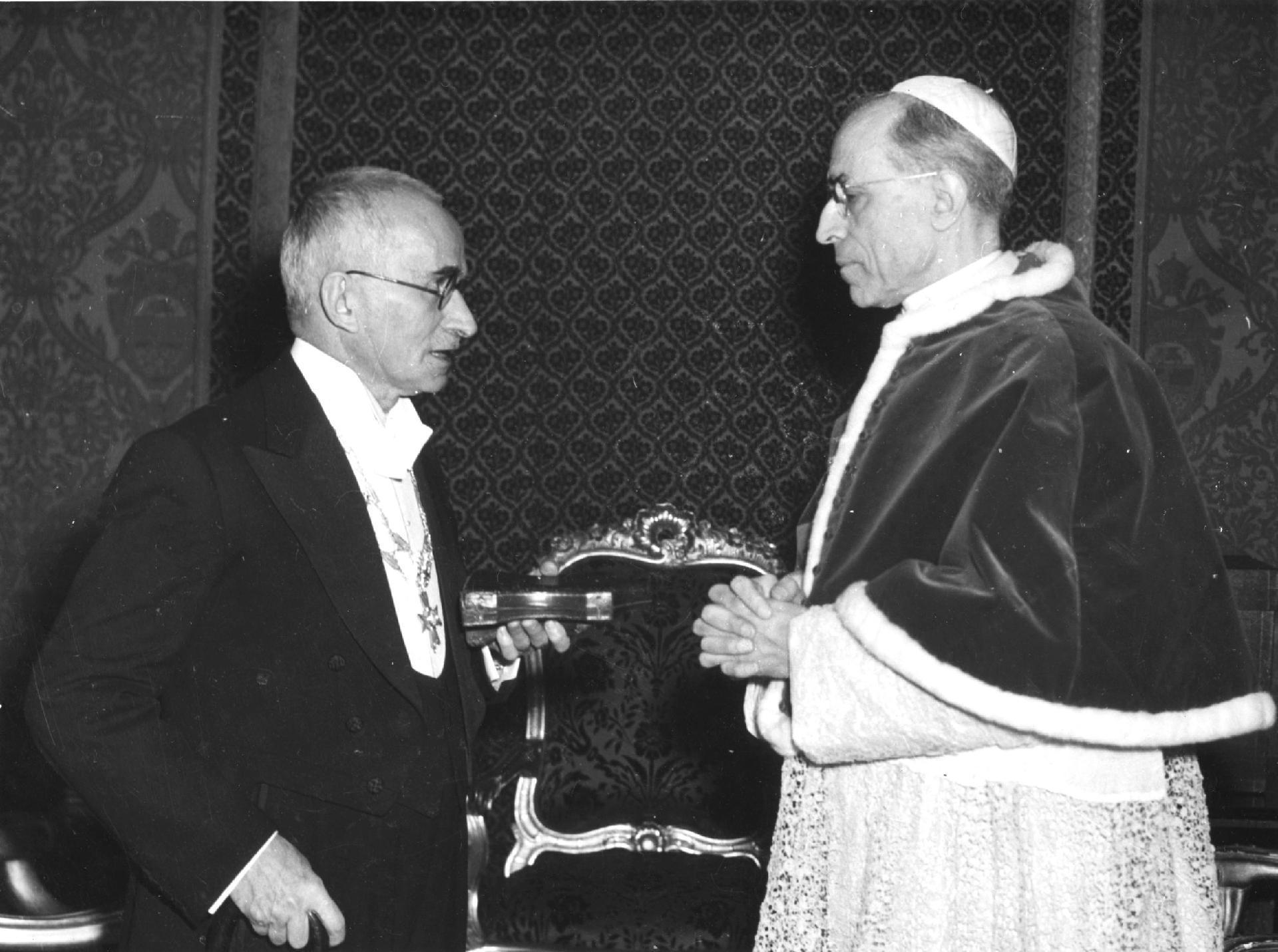 Il Presidente della Repubblica Luigi Einaudi  e Sua Santità Papa Pio XII in occasione della visita ufficiale in Vaticano