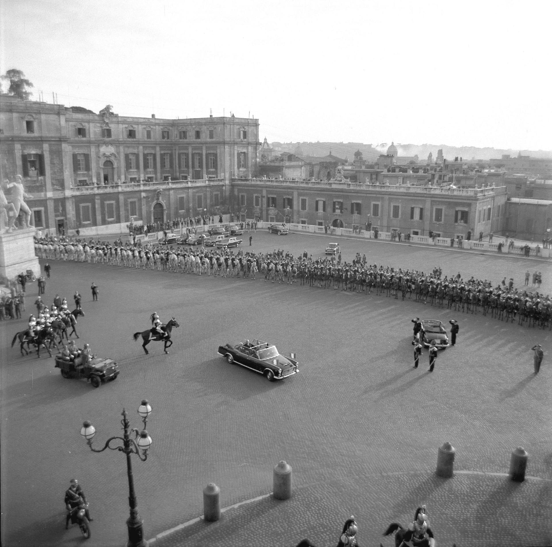 La vettura presidenziale mentre arriva al Quirinale con il Presidente della Repubblica Antonio Segni per la cerimonia di Insediamento