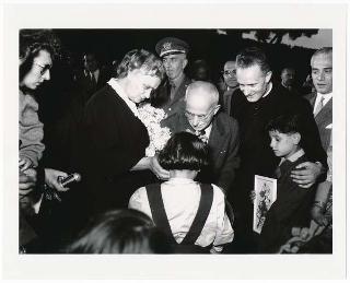 """Il Presidente della Repubblica Luigi Einaudi durante una merenda offerta a 120 bambini mutilati di guerra dell' """"Opera Don Orione"""" di Milano"""