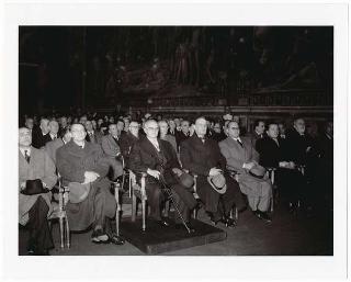 Il Presidente della Repubblica Luigi Einaudi nel salone del Palazzo del Campidoglio con l'on. Alcide De Gasperi all'inaugurazione del XXIII Anno Accademico di Studi Romani