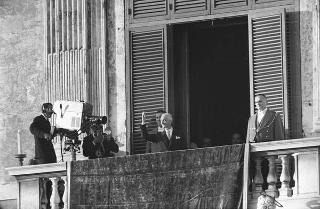 Il Presidente della Repubblica Antonio Segni saluta la folla dopo la cerimonia di Giuramento nel Palazzo di Montecitorio