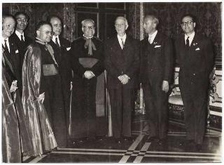 Il Presidente della Repubblica Antonio Segni con Mons. Antonio Tedde, vescovo di Ales, e i dirigenti dell'Azione Cattolica sarda