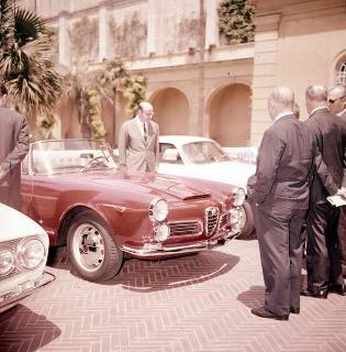 """Presentazione della nuova autovettura dell'Alfa Romeo """"Giulia"""" sul piazzale della Palazzina presidenziale"""