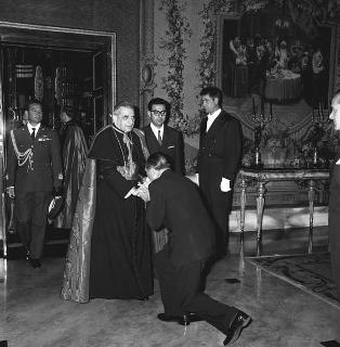 """Mons. Carlo Grano, Nunzio Apostolico, per la consegna al Presidente della Repubblica Giuseppe Saragat le insegne dello """"Speron d'Oro"""""""