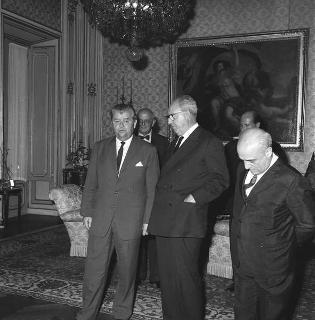 Il Presidente della Repubblica Giuseppe Saragat riceve in udienza Per Haekkerup, Ministro degli esteri di Danimarca, sono presenti:  Amintore Fanfani, Ministro degli esteri, e alcune  personalità danesi e italiane