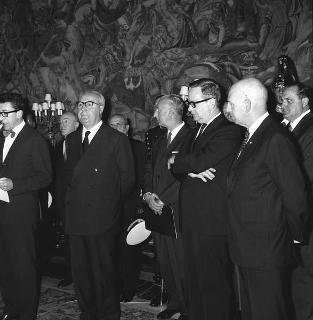L' avv. Vincenzo Cazzaniga, Presidente della ESSO Standard italiana, con dirigenti e personale in udienza dal Presidente della Repubblica Giuseppe Saragat