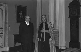 Il Presidente della Repubblica Giuseppe Saragat con Sua Eccellenza Mons. Luigi Bettazzi, nuovo vescovo di Ivrea per il giuramento di rito