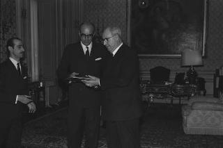 Filippo Carpi de Rosmini, Presidente dell'Automobil Club di Roma, con i componenti il Consiglio direttivo in visita di omaggio al Presidente della Repubblica Giuseppe Saragat