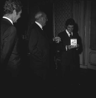 """Il Presidente della Repubblica Giuseppe Saragat incontra Giacomo Agostini, campione mondiale di motociclismo, insignito dell'onorificenza di """"Cavaliere Ufficiale"""" dell'OMRI, accompagnato dal Conte Corrado Agusta, Presidente della """"M.V.Agusta"""""""