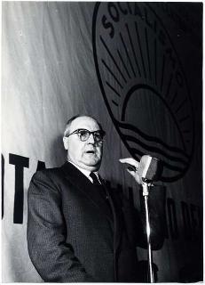 Foto di Giuseppe Saragat in qualità di Ministro degli Esteri
