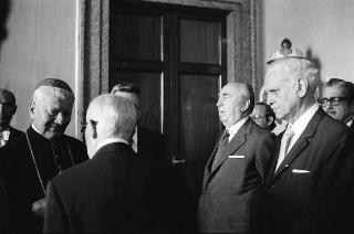 Presentazione del Corpo diplomatico al Presidente della Repubblica Sandro Pertini. Nelle foto Monsignor Carbone e l'ambasciatore russo Risskov.