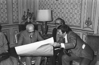 Il Presidente della Repubblica Sandro Pertini incontra una rappresentanza di delegati stranieri partecipanti all'8° Congresso della UIL
