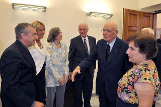 Il Presidente Giorgio Napolitano con i familiari del Sen. Cesare Merzagora ed i relatori in occasione della cerimonia di consegna alla Presidenza della Repubblica dell'Archivio Merzagora