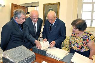 Il Presidente Giorgio Napolitano con Nicola Merzagora, figlio del Sen. Cesare, Nicola De Ianni e Paola Carucci, in occasione della consegna dell'Archivio Merzagora al Quirinale