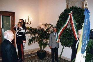 Deposizione di una corona d'alloro sulla lapide dei Caduti della Presidenza della Repubblica