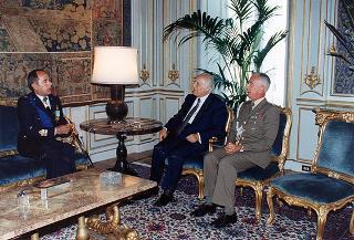 Il Presidente della Repubblica Oscar Luigi Scalfaro riceve la visita del Generale di Squadra Aerea Andrea Fornasiero, nuovo comandante della 5^ Forza aerea tattica alleata