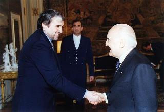 Il Presidente della Repubblica Oscar Luigi Scalfaro riceve la visita del Maestro Ruggero Raimondi, con il dott. Sergio Escobar, sovrintendente del Teatro dell'Opera di Roma