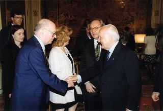 """Prof. Ernesto Caffo, presidente di """"SOS il Telefono Azzurro"""", con alcuni esponenti dell'Associazione"""