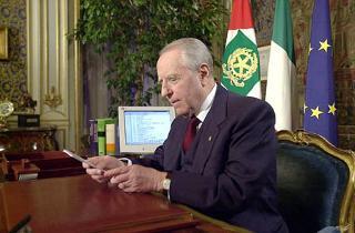 Il Presidente della Repubblica Carlo Azeglio Ciampi rivolge il suo Messaggio di fine anno agli Italianii
