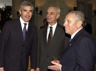 Il Presidente Ciampi con il Presidente della Camera Pier Ferdinando Casini e il Presidente del Senato Marcello Pera durante il ricevimento al Quirinale per la Festa della Repubblica.
