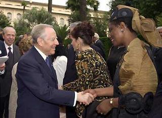 Il Presidente Ciampi saluta gli Ambasciatori durante il ricevimento offerto alla Rappresentanze Diplomatiche estere in occasione della Festa della Repubblica.