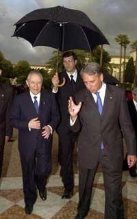 Il Presidente Ciampi si ripara dalla pioggia al termine del ricevimento al Quirinale per la Festa della Repubblica.