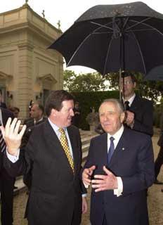 Il Presidente Ciampi con il Segretario generale della NATO Lord George Robertson si riparano dalla pioggia a causa dell'improvviso acquazzone durante il ricevimento al Quirinale per la Festa della Repubblica.