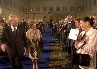 Il Presidente Ciampi e la moglie Franca salutati al loro ingresso nel Cortile d'Onore del Palazzo del Quirinale per assistere al Concerto per la Festa della Repubblica.