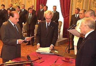 Il Presidente del Consiglio dei ministri Silvio Berlusconi mentre pronuncia la formula di Giuramento davanti al Capo dello Stato Carlo Azeglio Ciampi.