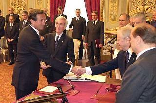 Il Presidente Ciampi con il Presidente del Consiglio Silvio Berlusconi durante il giuramento di Gianfranco Fini, VicePresidente.