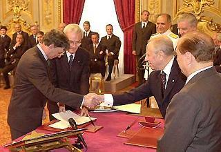 Il Presidente Ciampi ed il Presidente del Consiglio Silvio Berlusconi con Umberto Bossi, durante la cerimonia di giuramento.