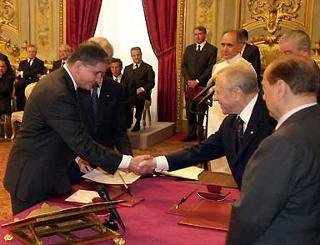 Il Presidente Ciampi ed il Presidente del Cansiglio Silvio Berlusconi con Rocco Buttiglione durante la cerimonia di Giuramento.