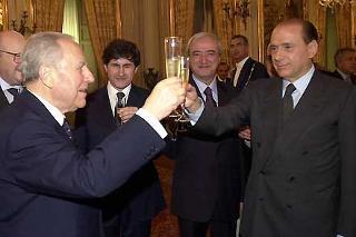 Il Presidente Ciampi ed il Presidente del Consiglio dei ministri Silvio Berlusconi si scambiano gli auguri di buon lavoro.