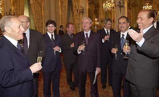 Il Presidente Ciampi con il Presidente del Consiglio dei ministri Silvio Berlusconi ed alcuni Ministri durante il tradizionale brindisi di buon lavoro subito dopo la cerimonia di Giuramento.