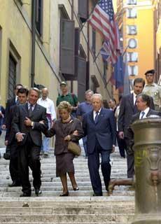 Il Presidente Ciampi insieme alla moglie Franca si reca a piedi al Vittoriano per la cerimonia di inizio dell'anno scolastico 2001-2002