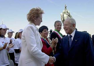 Il Presidente Ciampi viene salutato dal Ministro della Pubblica Istruzione Letizia Moratti