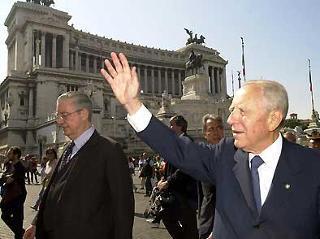 Il Presidente Ciampi insieme al Segretario generale del Quirinale Gaetano Gifuni in occasione dell'apertura del nuovo anno scolastico al Complesso Monumentale del Vittoriano