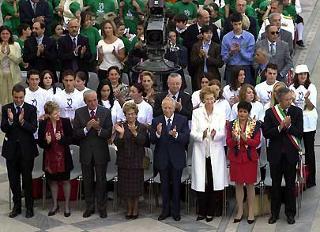Il Presidente Ciampi insieme alle Autorita' applaude al termine dell'esecuzione dell'Inno Nazionale