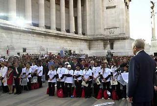 Il Presidente Ciampi insieme ai partecipanti la cerimonia al Vittoriano osserva un minuto di silenzio in memoria delle vittime dell'attentato terroristico negli Stati Uniti