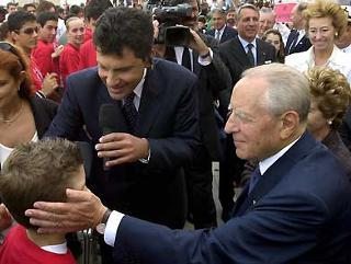 Il Presidente Ciampi saluta un giovane alunno che gli ha rivolto delle domande al termine della cerimonia al Vittoriano