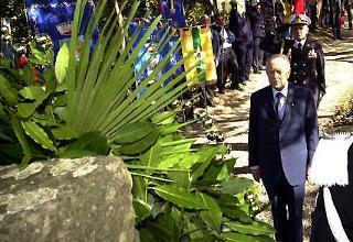 Il Presidente Ciampi, accompagnato dal Consigliere Militare Amiraglio Sergio Biraghi, rende omaggio alla stele che ricorda Antonio Giuriolo, Medaglia d'Oro al Valor Militare.