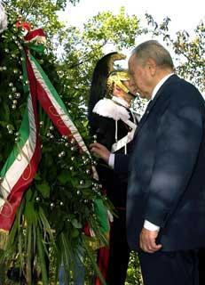 Il Presidente Ciampi rende omaggio alla stele in onore della Medaglia d'Oro al Valor Militare Antonio Giuriolo.