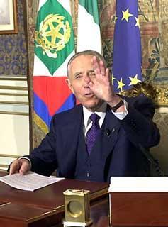 Il Presidente Ciampi nel suo studio poco prima del suo messaggio di fine anno agli italiani